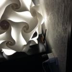 Router hinter Lampe montiert